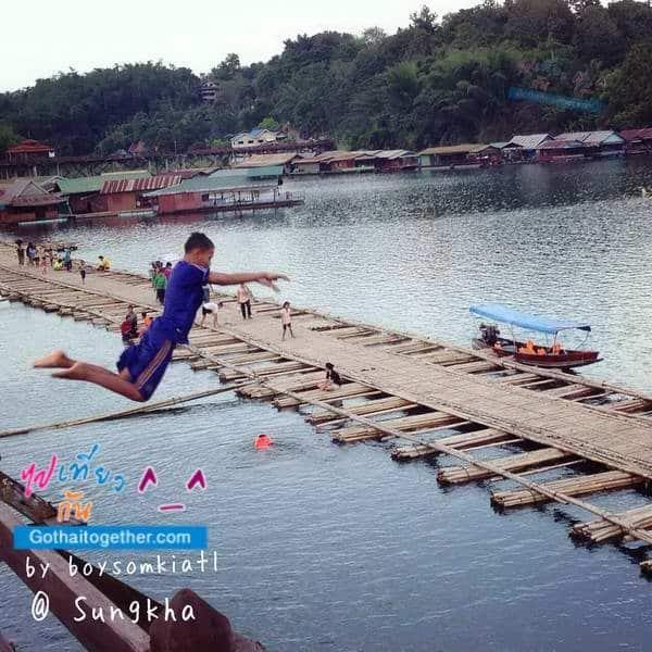 เด็กสนุกสนาน บน สะพานมอญ ขาด สังขละบุรี