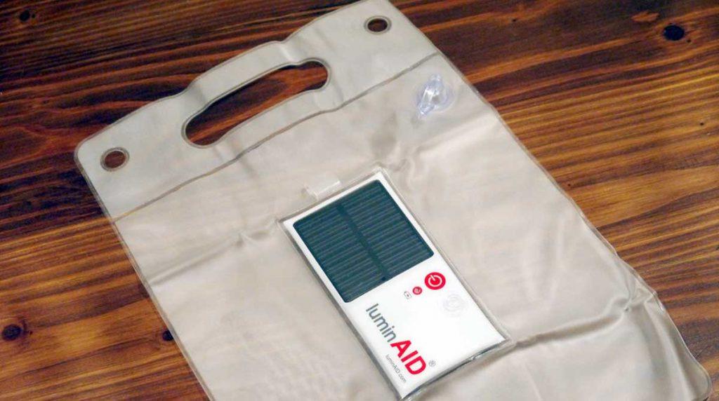 รีวิว ไฟฉายพลังงานแสงอาทิตย์แบบพกพาลอยน้ำได้ Lumin Aid 1