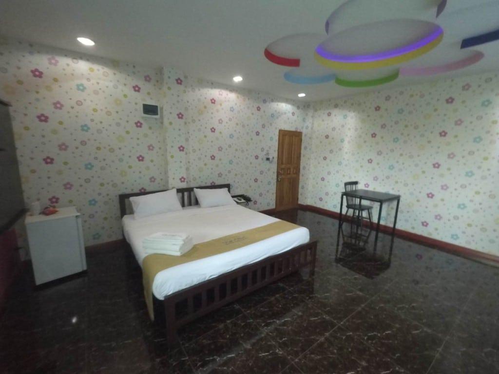 ห้องแบบ Modern ประดับด้วยไฟและ Wallpaper ต่างๆกัน
